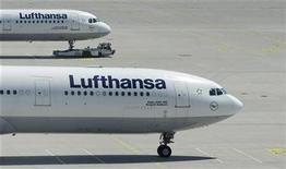 <p>Foto de archivo de un avión de Lufthansa estacionado en el aeropuerto de Munich, Alemania, 28 jul 2008. Un cuadro valuado en 3 millones de dólares del artista estadounidense Brice Marden fue dañado en un traslado de Moscú a Nueva York por negligencias de los empleados de Lufthansa y otros implicados en su transporte, según una demanda presentada el viernes en una corte federal. REUTERS/Michaela Rehle</p>