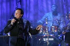 <p>Singer Smokey Robinson (L) performs at the Clive Davis pre-Grammy party in Beverly Hills, California February 10, 2007. REUTERS/Mario Anzuoni</p>