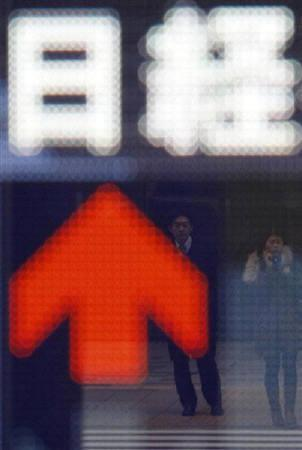 8月24日、東京株式市場で日経平均は急反発。写真は3月、都内の株価ボード前で(2009年 ロイター/Yuriko Nakao)