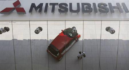 8月24日、三菱自動車は、11月から水島製作所での増産で期間工300人を新規採用へ。写真は同社の東京本社で。7月撮影(2009年 ロイター/Yuriko Nakao)