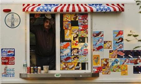 An ice cream vendor waits for customers at Walden pond in Concord, Massachusetts October 12, 2008. REUTERS/Brian Snyder