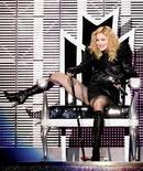 """<p>La cantante estadounidense Madonna en un concierto para su gira mundial """"Sticky and Sweet"""" en Belgrado, 24 ago 2009. La diva del pop Madonna fue condenada por la Iglesia Ortodoxa de Bulgaria debido a su actitud irrespetuosa e intolerante hacia los cristianos. La cantante estadounidense hizo enojar al clero en el país predominantemente cristiano al programar un concierto en Sofía para el 29 de agosto, la misma fecha en que los cristianos ortodoxos ayunan durante un día para conmemorar la decapitación de Juan el Bautista. REUTERS/Stringer</p>"""