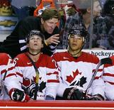 <p>Head coach Mike Babcock (C) gives instructions to Jarome Iginla (R) and Martin St-Louis during their exhibition game against the Red team at Team Canada's Olympic hockey training camp in Calgary August 27, 2009. REUTERS/Todd Korol</p>