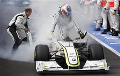 <p>Rubens Barrichello salta para fora de seu Brawn GP durante um incêndio no motor no final do Grande Prêmio da Bélgica, em Spa Francochamps. REUTERS/Francois Lenoir</p>