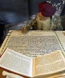 <p>La scrittura di un libro sacro indiano. REUTERS/Munish Sharma</p>