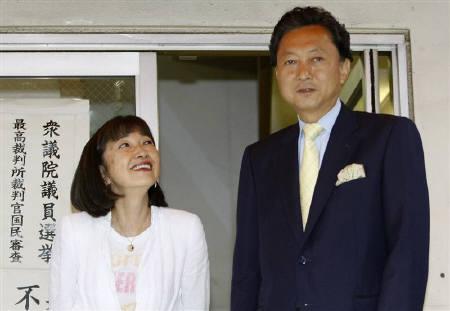 9月2日、鳩山民主党代表(右)の幸夫人(左)が「UFOに乗った体験」を著書で明かしている。写真は先月26日撮影(2009年 ロイター/Kim Kyung-Hoon)