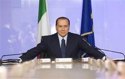 """<p>El aferramiento que el primer ministro Silvio Berlusconi (en la foto) tiene a la televisión en Italia es el protagonista de """"Videocracy"""", un nuevo documental que aborda cómo su imperio mediático ha dado forma a la información y a la cultura en el país durante 30 años. Proyectado en el Festival de Cine de Venecia esta semana, """"Videocracy"""" mezcla imágenes de coristas con poca ropa -un rasgo característico de la televisión italiana- con noticias repletas de apariciones públicas de Berlusconi y entrevistas con famosos de la televisión o aspirantes a serlo. REUTERS/Remo Casilli (IMAGENES DEL DIA)</p>"""