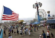 <p>Beachgoers brave the high winds on the boardwalk at Coney Island, in New York, July 11, 2009. REUTERS/Chip East</p>