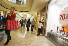 <p>A woman walks with a shopping bag as shoppers buy gifts on Christmas Eve at the Beverly Center shopping mall in Los Angeles, California December 24, 2008. REUTERS/Fred Prouser</p>