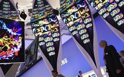 <p>Personas observan una exhibición sobre pantallas planas en la feria de aparatos electrónicos de Berlín, 7 sep 2009. Si el humor en la feria de aparatos electrónicos de Berlín midiera cómo están las cosas en el sector tecnológico, entonces iría bien, aunque algunos asistentes hayan advertido de que era demasiado pronto para hablar de una recuperación económica. El volumen de pedidos de productos superó el nivel récord del año pasado de 3.000 millones de euros (4.350 millones de dólares) y el número de visitantes que asistió a la feria ha aumentado un 18 por ciento, dijeron los organizadores. REUTERS/Thomas Peter</p>