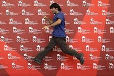 """<p>Il regista Fatih Akin presenta a Venezia il suo """"Soul Kitchen"""". REUTERS/Tony Gentile</p>"""