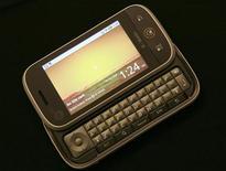 """<p>Motorola a présenté un nouveau téléphone portable basé sur le système d'exploitation Android de Google et équipé de fonctions fortement tournées vers les réseaux sociaux comme Facebook et Twitter. Orange prévoit de commercialiser """"Dext"""" en France et en Grande-Bretagne. /Photo prise le 10 septembre 2009/REUTERS/Robert Galbraith</p>"""