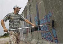 <p>Foto de archivo de un artista pintando un mural en un segmento del Muro de Berlín en la otrora frontera entre Alemania Occidental y del Este en Berlín, 10 ago 2009. La ciudad de Berlín, que este año celebra el vigésimo aniversario de la caída del muro, ha sido galardonada con el premio Príncipe de Asturias de la Concordia, según anunció el jueves el jurado. REUTERS/Thomas Peter</p>