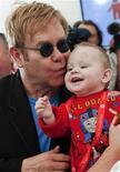 <p>El cantante de pop británico Elton John besa al bebé Lev durante una conferencia de prensa en un hospital para niños con VIH positivo en el pueblo de Makeyevka. El cantante británico Elton John, en visita por Ucrania con su fundación benéfica de sida, dijo el sábado que quería adoptar un niño de 14 meses de un orfanato en el este del país. sep 12, 2009 REUTERS/Entregada (UCRANIA)</p>