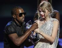 <p>Kanye West interrompe discurso de Taylor Swift, no Video Music Awards da MTV, em Nova York. Uma invasão do palco protagonizada pelo rapper Kanye West acabou roubando a cena da festa do Video Music Awards no domingo.13/09/2009.REUTERS/Gary Hershorn</p>