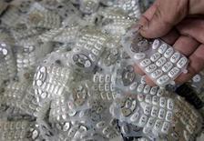 """<p>Una tonelada de móviles antiguos contiene metales por un valor de 15.000 dólares y el mundo debería contar con mejores normas para gestionar las montañas de desperdicios electrónicos en las naciones en desarrollo, dijo el martes un organismo respaldado por la ONU. """"Mucho equipo termina simplemente tirado"""" en naciones pobres, indicó Rüdiger Kühr, responsable del secretariado de StEP (siglas en inglés para """"resolver el problema de la basura electrónica""""), que tiene cuenta con el respaldo de agencias de Naciones Unidas y empresas como Microsoft y Nokia. REUTERS/Yuriko Nakao/Archivo</p>"""