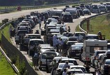 <p>Macchine in coda in Svizzera. REUTERS/Fiorenzo Maffi (SWITZERLAND TRAVEL TRANSPORT)</p>