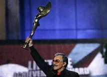 <p>Actor Burt Reynolds lifts the Honorary Award for Lifetime Achievement at the 2007 Taurus World Stunt Awards at Paramount Studios in Los Angeles May 20, 2007. REUTERS/Mario Anzuoni</p>