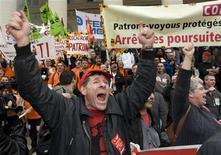 <p>Trabajadores de Continental protestan fuera del antiguo edificio de la bolsa de valores de París, 17 sep 2009. Docenas de trabajadores automotores en protesta entraron el jueves al antiguo edificio de la bolsa de valores de París, gritando y pintando grafitis en las paredes en contra de los líderes de negocios y la crisis económica. El incidente ocurrió luego de que cientos de empleados de firmas automotrices golpeados por una ola de recortes y retiros laborales escenificaron una marcha de protesta ruidosa pero pacífica en el centro de París. REUTERS/Philippe Wojazer</p>