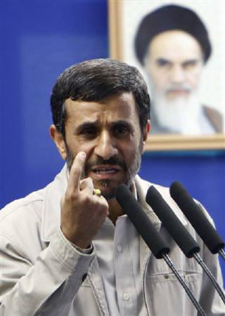 9月18日、イランのアハマディネジャド大統領は、テヘラン大学で演説し、ホロコーストはユダヤ人国家建設のための口実と述べる。写真は金曜礼拝でスピーチする同大統領(2009年 ロイター/Raheb Homavandi)