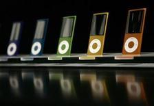 """<p>Reprodutores iPod Nano en un evento de Apple en San Francisco, California, 9 sep 2008. Para los pasajeros que se dirigen aburridos a trabajar con los bolsillos ya repletos, una compañía de diseño de camisas ofrece la solución perfecta para mantenerlos entretenidos en el trayecto: una corbata con un bolsillo oculto para guardar el iPod. Thomas Pink, la marca de camisas británica, está lanzando la """"Commuter Tie"""" dentro de su principal colección para otoño-invierno 2009/2010. La corbata, de seda, tiene un pequeño bolsillo en el reverso diseñado para guardar un iPod nano o un reproductor de mp3. REUTERS/Robert Galbraith/Archivo</p>"""