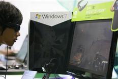 <p>Microsoft a approuvé une proposition destinée à permettre aux actionnaires de se prononcer sur les rémunérations des dirigeants du géant américain des logiciels. /Photo d'archives/REUTERS/Nicky Loh</p>