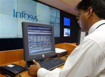 <p>Un ingegnere lavora nella sede di Infosys Technologiesa Bangalore. REUTERS/Pawel Kopczynski</p>