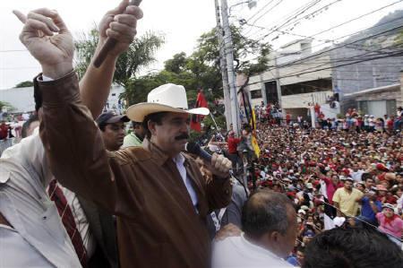 9月21日、クーデターで追放されたホンジュラスのセラヤ大統領が3カ月ぶりに帰国。写真はホンジュラスのブラジル大使館で支持者らを前にするセラヤ大統領(2009年 ロイター/Edgard Garrido)
