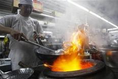 <p>Foto de archivo de un chef trabajando en el restaurante Wa Lok en el barrio chino de Lima, 17 nov 2008. En menos de un minuto, el chef peruano Javier Wong filetea con precisión un enorme lenguado, lo sazona con ají limo y lo envía a la mesa. REUTERS/Mariana Bazo (PERU)</p>