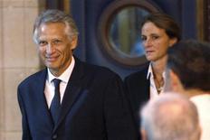 <p>L'ex primo ministro francese Dominique de Villepin insieme alla moglie Marie-Laure. REUTERS/Charles Platiau (FRANCE CRIME LAW POLITICS)</p>