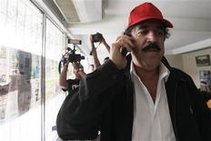 <p>El depuesto presidente de Honduras Manuel Zelaya habla por teléfono móvil desde el interior de la embajada de Brasil en Tegucigalpa, 28 sep 2009. Zelaya no pudo asistir este año a la Asamblea General de Naciones Unidas, dado que se encuentra atrincherado en la embajada de Brasil en Tegucigalpa en su intento por volver al poder. REUTERS/Edgard Garrido (HONDURAS)</p>