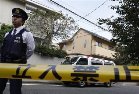 10月4日、 警視庁によると、自民党の中川元財務・金融相(56)が4日午前、東京都世田谷区の自宅2階の寝室ベッドで、うつぶせになって死亡しているのが発見された。写真は中川氏の自宅前(2009年 ロイター/Yuriko Nakao)