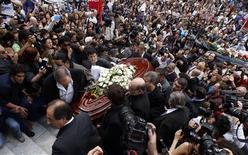 <p>Una multidud acompaña al ataúd de Mercedes Sosa hacia su crematorio en Buenos Aires, 5 oct 2009. Argentina dio el lunes el último adiós a la famosa artista popular Mercedes Sosa, en un funeral multitudinario cargado de emoción y muestras de congoja donde no faltaron el canto, el baile y la poesía. REUTERS/Marcos Brindicci</p>