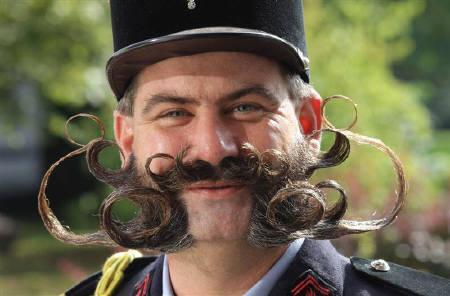 10月8日、口ひげを生やした米国人男性は収入や出費が多い傾向が調査で明らかに。写真は9月、独フランクフルト近郊で開催されたひげコンテストの参加者(2009年 ロイター/Ralph Orlowski)