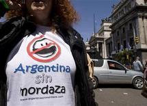 <p>Legisladores argentinos de oposición y grupos de medios de comunicación intentarán que el nuevo Congreso revise o rescinda una polémica ley de radiodifusión, impulsada por el Gobierno, que fue aprobada el fin de semana, dijo el lunes el matutino Clarín. Legisladores de la oposición planean desafiar en diciembre la nueva legislación que la presidenta Cristina Fernández defiende como una normativa que permitirá el ingreso de nuevos jugadores al mercado de la comunicación, pero que para críticos lo que hará es aumentar la influencia del Estado en el sector. REUTERS/Enrique Marcarian</p>