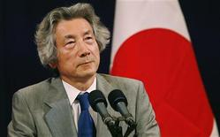 <p>Japan's former Prime Minister Junichiro Koizumi speaks at a news conference following the 2006 ASEM summit in Helsinki September 11, 2006. REUTERS/Bob Strong</p>