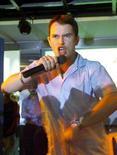 <p>Foto de arquivo de Stephen Gately em Mumbai, em 2000. Uma autópsia feita no corpo do cantor Stephen Gately, do Boyzone, na ilha espanhola de Maiorca revelou nesta terça-feira que ele morreu por causa de fluído nos pulmões, segundo um representante judiciário.02/08/2000.SK/DL</p>