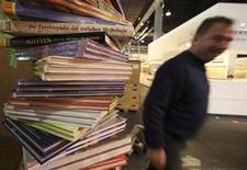 <p>Allestimento della Fiera del Libro di Francoforte. REUTERS/Ralph Orlowski (GERMANY BUSINESS MEDIA)</p>