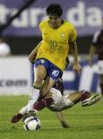 <p>Kaká e venezuelano Giacomo disputam jogada em partida das eliminatórias da Copa do Mundo em Campo Grande REUTERS/Bruno Domingos</p>