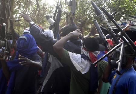 10月16日、ナイジェリアの武装勢力は停戦を終了させ、攻撃を再開すると表明。写真は武器を掲げるニジェール・デルタの武装グループ。昨年3月撮影(2009年 ロイター/Austin Ekeinde)