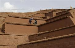 <p>Ansiosa para atrair mais turistas, a cidade de Tiwanaku, nos Andes bolivianos, reformou a pirâmide antiga de Akapana com adobe, em lugar de pedra. Alguns especialistas dizem que a reforma foi um fiasco.. REUTERS/David Mercado</p>
