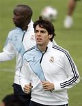 <p>O jogador Kaká do Real Madrid participa de treino da equipe em Valdebebas. O Milan lembrará amargamente sua situação desesperadora quando estiver cara a cara com seu ex-astro Kaká no jogo de quarta-feira pela Liga dos Campeões, no estádio Santiago Bernabéu, em Madri, na Espanha.20/10/2009.REUTERS/Dani Cardona</p>