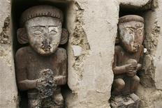 <p>Unas estatuas de madera de la cultura Chimú en la ciudadela Chan Chan ubicada en Trujillo, Perú, oct 20 2009. Arqueólogos hallaron 12 estatuas de madera de personajes tallados hace 500 años en la que fue la ciudad de barro más grande de América, hecho que revelaría la historia del complejo que sucumbió al poder del Imperio Inca. REUTERS/Stringer</p>