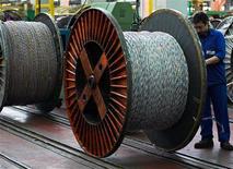 <p>Le fabricant de câbles Nexans confirme son objectif de marge opérationnelle après avoir publié un chiffre d'affaires en baisse de 15% au troisième trimestre, à 988 millions d'euros à cours des métaux non ferreux constants. /Photo d'archives/REUTERS/Victor Fraile</p>