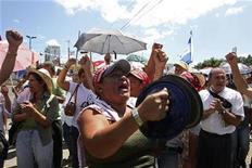 <p>Foto de archivo de partidarios del depuesto presidente de Honduras Manuel Zelaya cantando a las afueras de un hotel en Tegucigalpa, oct 15 2009. Al ritmo de rancheras y merengues, los seguidores del depuesto presidente hondureño Manuel Zelaya piden por el regreso de su líder al poder en coloridas marchas, donde la música parece haberse transformado en una válvula de escape a la crisis que divide al país. REUTERS/Oswaldo Rivas</p>