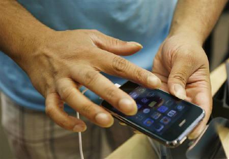 10月22日、ノキアはiPhoneが特許を侵害しているとしてアップルを提訴。写真はニューヨークのアップルストア。6月撮影(2009年 ロイター/Lucas Jackson)