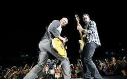 <p>Foto de archivo de Adam Clayton (izquierda) y The Edge del grupo U2 durante un concierto en el Rose Bowl en Pasadena, EEUU, oct 25 2009. La banda irlandesa U2 ofrecerá la próxima semana un concierto gratuito frente a la puerta de Brandenburgo, en Berlín, para coincidir con la entrega de los premios MTV Europa, que se realizará esa misma noche en la ciudad, dijeron el miércoles sus organizadores. REUTERS/Mario Anzuoni</p>