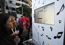 """<p>Convidados participam do evento """"Discover Music!"""", em Hollywood. O Google estreou na quarta-feira sua parceria com os serviços de Web iLike, do MySpace, e Lala, a fim de oferecer aos fãs de música uma forma simples de encontrar, experimentar e adquirir canções na Internet, o que expande sua presença no setor musical.28/10/2009.REUTERS/Mario Anzuoni</p>"""