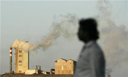 Smoke billows from a chimney of an industrial plant in India's financial capital Mumbai September 16, 2009. REUTERS/Punit Paranjpe