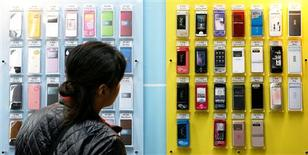 <p>Le marché mondial des téléphones portables devrait renouer avec la croissance au quatrième trimestre grâce aux ventes de fin d'année, après trois trimestres dans le rouge, selon des analystes, qui redoutent une guerre des prix. /Photo d'archives/REUTERS</p>